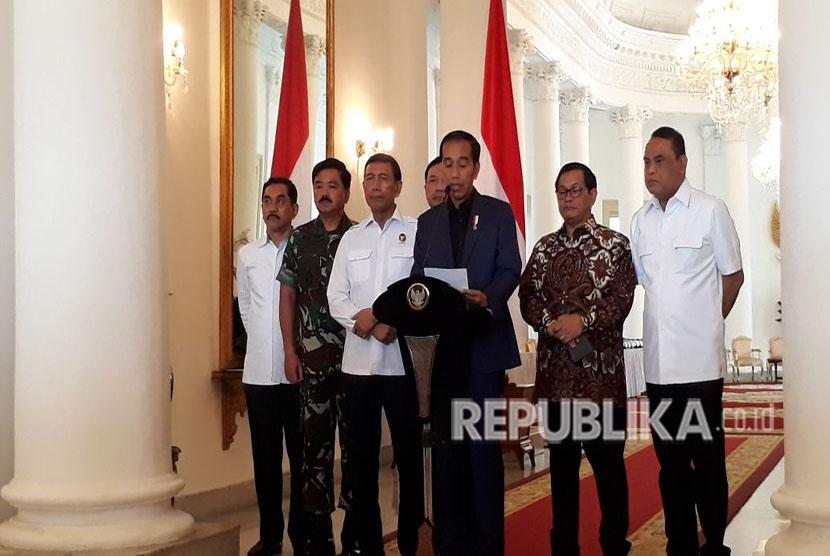 Presiden Joko Widodo (Jokowi) memberikan keterangan pers terkait peristiwa di Rutan cabang Salemba, Kelapa Dua, Depok. Ia didampingi Panglima TNI Hadi Tjahjanto, KaBIN Budi Gunawan,  Wakapolri Syafruddin, Menkopolhukam Wiranto, Kepala BNPT Suhardi Alius, dan Sekretaris Kabinet Pramono Anung di Istana Kepresidenan Bogor, Jawa Barat, Kamis (10/5).