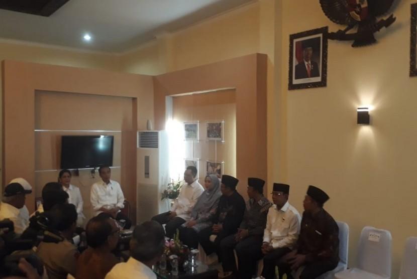Presiden Joko Widodo (Jokowi) menggelar rapat koordinasi dengan Gubernur NTB Zulkieflimansyah, Wakil Gubernur NTB Sitti Rohmi Djalilah, dan sejumlah bupati/wali kota terdampak gempa di ruang VIP Bandara Internasional Lombok, Kamis (18/10).