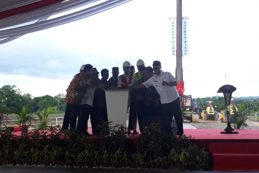 Presiden Joko Widodo (Jokowi) meresmikan pembangunan jalan tol Sigli-Banda Aceh yang merupakan bagian dari proyek jalan tol Trans Sumatera.