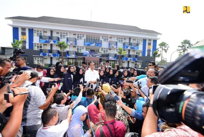 Presiden Joko Widodo (Jokowi) meresmikan sekaligus tiga Rumah Susun (Rusun) di Kabupaten Tulungagung, Jawa Timur, tepatnya di STKIP PGRI, Jumat (4/1).