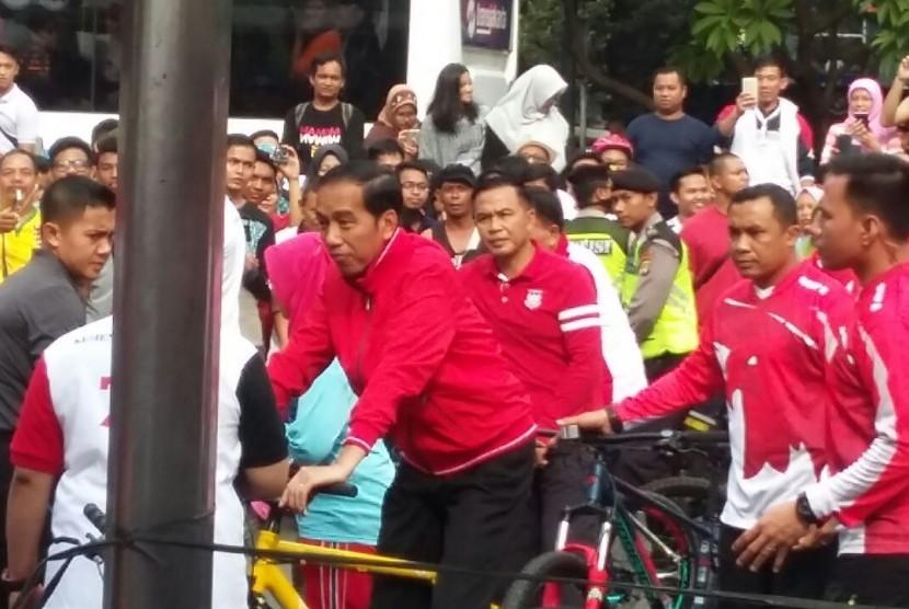 Presiden Joko Widodo (Jokowi) pagi ini mengayuh sepedanya dari Istana Merdeka menuju lokasi penyerahan sertifikat hak atas tanah di Lapangan Park&Ride; Jalan MH Thamrin, Jakarta Pusat, Ahad (20/8).