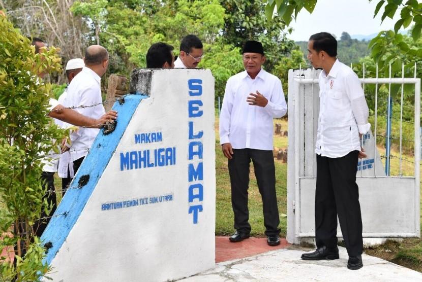 Presiden Joko Widodo (Jokowi) saat meninjau pemakaman Mahligai di Barus, Sumatra Utara (24/3).