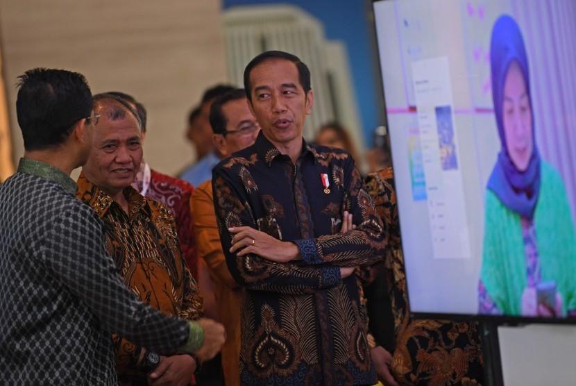 Presiden Joko Widodo (kanan) berbincang dengan Ketua KPK Agus Rahardjo (tengah) dan Wakil Ketua KPK Laode M Syarif ketika menghadiri peringatan Hari Anti Korupsi Dunia (Hakordia) 2018 di Jakarta, Selasa (4/12/2018).