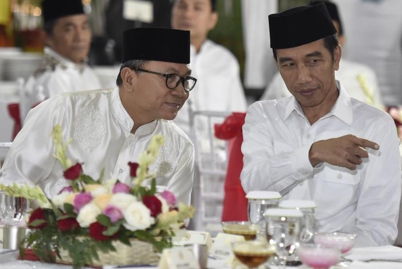 Presiden Joko Widodo (kanan) berbincang dengan Ketua MPR Zulkifli Hasan saat menghadiri buka puasa bersama di Rumah Dinas Ketua MPR, Jakarta, Jumat (2/6).