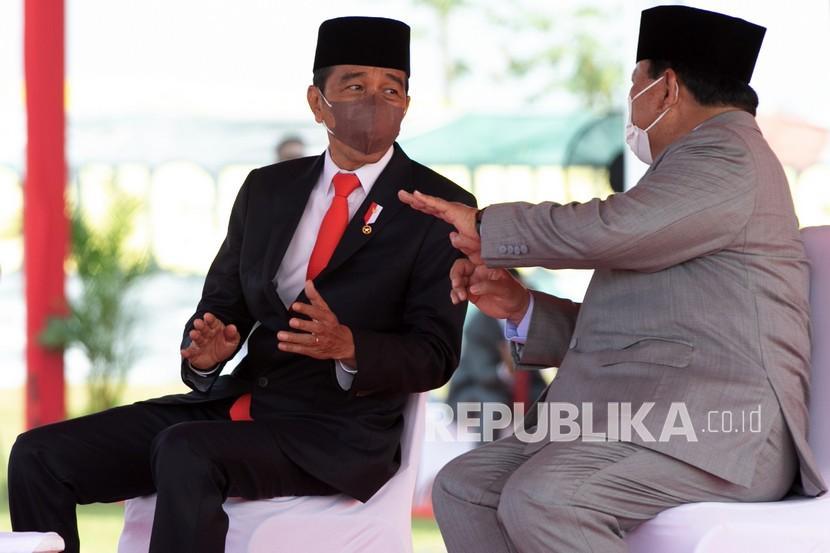 Presiden Joko Widodo (kanan) berbincang dengan Menteri Pertahanan Prabowo Subianto di sela upacara penetapan Komponen Cadangan Tahun Anggaran 2021 di Pusdiklatpassus, Batujajar, Bandung Barat, Jawa Barat, Kamis (7/10/2021). Komponen cadangan ini dikerahkan bila negara dalam keadaan darurat militer atau keadaan perang dan keberadaannya akan makin memperkokoh sistem pertahanan dan keamanan rakyat semesta.