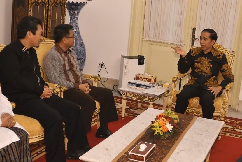 Presiden Joko Widodo (kanan) berbincang dengan Presiden Partai Keadilan Sejahtera (PKS) Sohibul Iman (tengah)