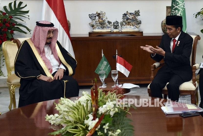 Presiden Joko Widodo (kanan) berbincang dengan Raja Salman bin Abdulaziz Al-Saud dari Arab Saudi dalam pertemuan empat mata di Istana Bogor, Jawa Barat, Rabu (1/3).