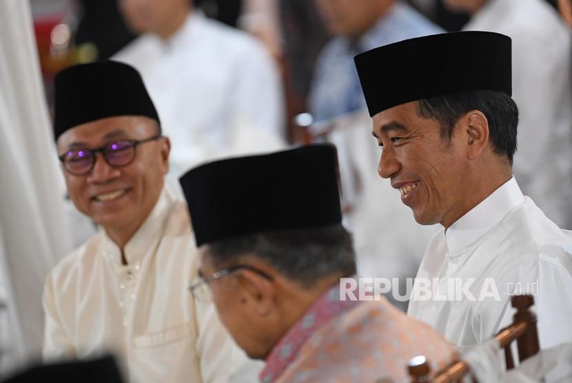 Presiden Joko Widodo (kanan) berbincang dengan Wapres Jusuf Kalla (tengah) dan Ketua MPR Zulkifli Hasan ketika menghadiri buka puasa bersama pimpinan lembaga tinggi negara di Rumah Dinas Ketua MRR Kawasan Widya Chandra Jakarta, Jumat (10/5/2019).