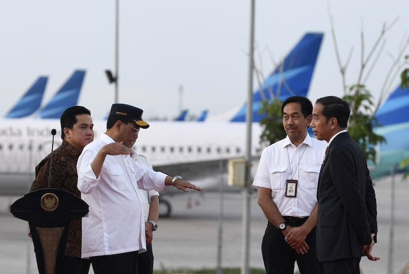 Presiden Joko Widodo (kanan) berbincang dengna Menteri Perhubungan Budi Karya Sumadi (kedua kiri)