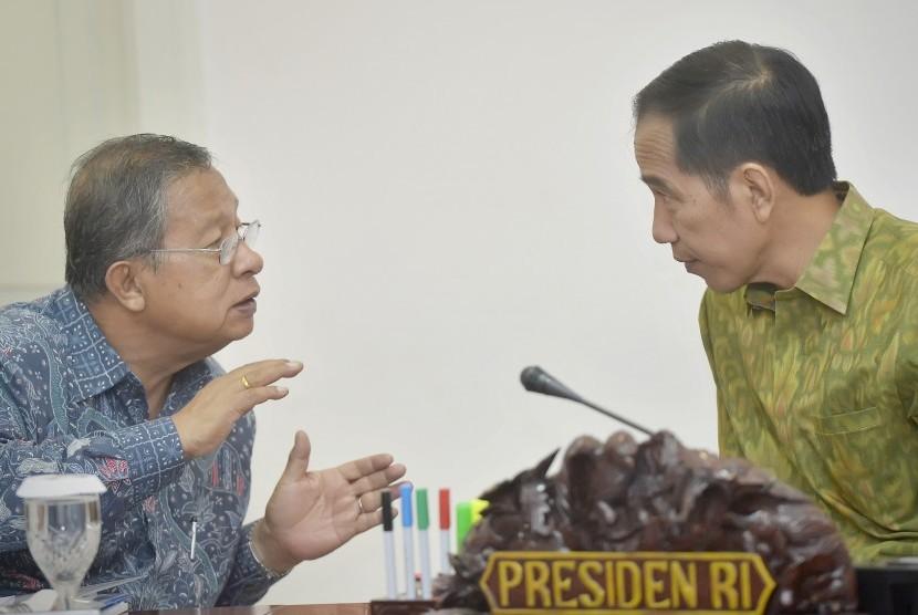Presiden Joko Widodo (kanan) berdiskusi dengan Menko Perekonomian Darmin Nasution (kiri) memimpin Rapat Terbatas membahas Dana Alokasi Khusus (DAK), di Kantor Presiden, Jakarta, Rabu (11/5).