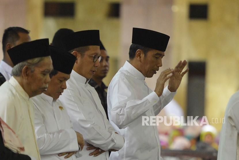 Presiden Joko Widodo (kanan) bersama Menteri Agama Lukman Hakim Saifuddin (kedua kanan) dan Seskab Pramono Anung (kedua kiri) menunaikan shalat sunnah sebelum menjalani shalat tarawih di Masjid Istiqlal, Jakarta, Rabu (16/5).