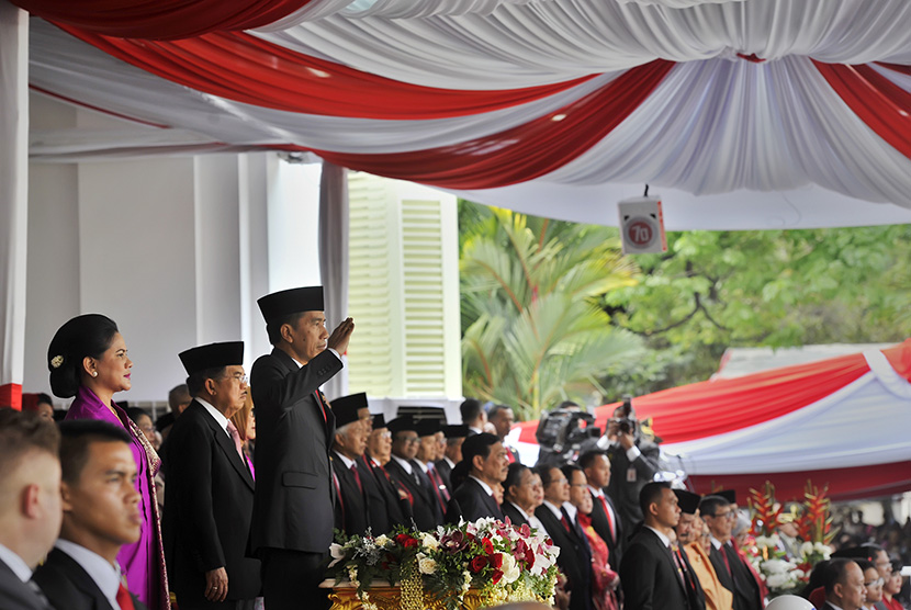 Presiden Joko Widodo (kanan) memberi hormat saat pengibaran Bendera Merah Putih dalam Upacara Peringatan Detik-detik Proklamasi 17 Agustus di Halaman Istana Merdeka, Jakarta, Senin (17/8).