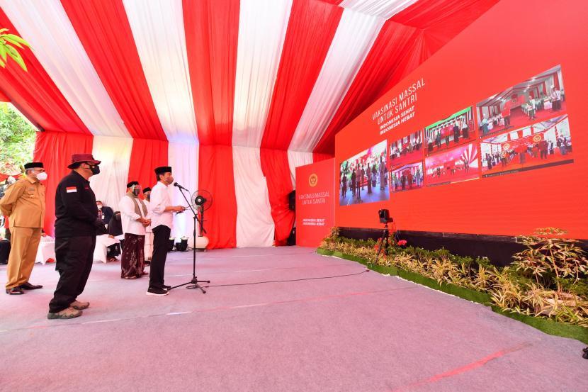 Presiden Joko Widodo (kanan) didampingi Kepala Badan Intelijen Negara (BIN) Budi Gunawan (kedua kiri) melakukan telekonferensi saat meninjau proses Vaksinasi COVID-19 untuk para santri di Pondok Pesantren Istiqamatuddin Darul Mu