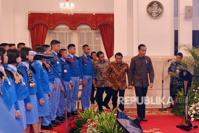 Presiden Joko Widodo (kanan) didampingi Sekretaris Kabinet Pramono Anung (ketiga kanan) dan Kepala Staf Presiden Moeldoko (kedua kanan) menerima siswa kelas 11 SMA Taruna Nusantara di Istana Negara, Jakarta, Senin (9/4).