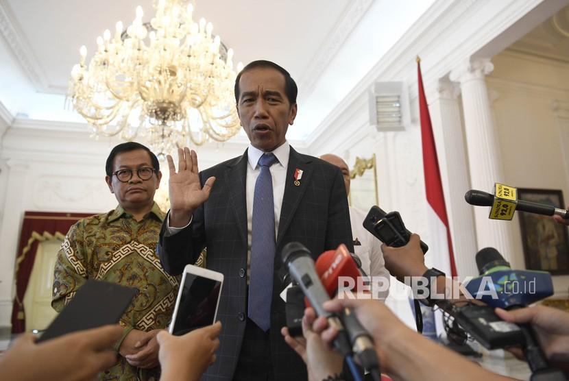 Presiden Joko Widodo (kanan) didampingi Seskab Pramono Anung (kiri) menjawab pertanyaan jurnalis usai menerima CEO Bukalapak Achmad Zaky di Istana Merdeka, Jakarta, Sabtu (16/2/2019).