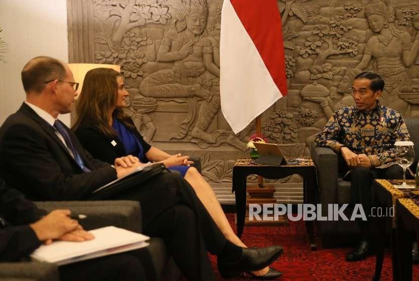 Presiden Joko Widodo (kanan) menerima kunjungan kehormatan Ketua Bersama Yayasan Bill and Melinda Gates, Melinda Gates (kedua kiri) dan rombongan di sela-sela Pertemuan Tahunan IMF - World Bank Group 2018 di Bali Nusa Dua Convention Center, Nusa Dua, Bali, Jumat (12/10).
