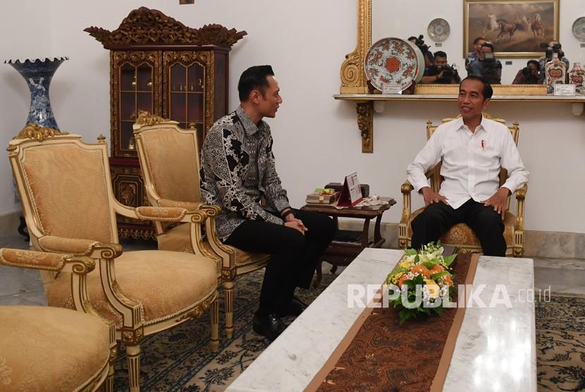 Presiden Joko Widodo (kanan) menerima kunjungan Komandan Komando Satuan Tugas Bersama (Kogasma) Partai Demokrat Agus Harimurti Yudhoyono (AHY) di Istana Merdeka, Jakarta, Kamis (2/5/2019).