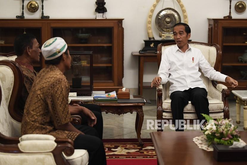 Presiden Joko Widodo (kanan) menerima pedagang yang menjadi korban penjarahan saat aksi 22 Mei, Abdul dan Ismail di Istana Merdeka, Jakarta, Jumat (24/5/19).