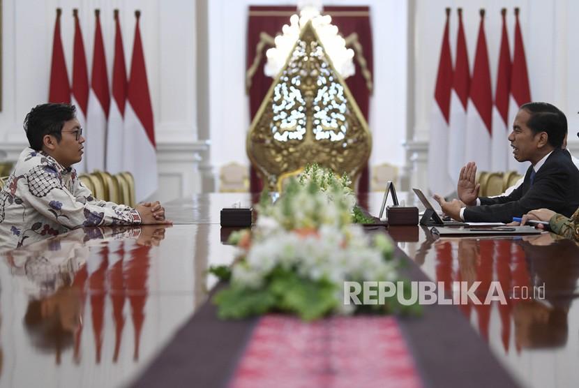 Presiden Joko Widodo (kanan) menerima pendiri sekaligus CEO Bukalapak.com Achmad Zaky (kiri) di Istana Merdeka, Jakarta, Sabtu (16/2/2019).