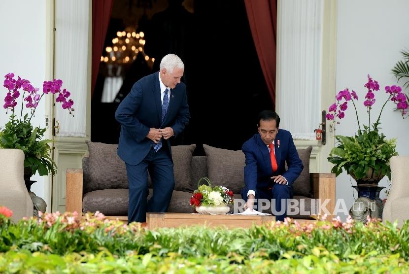President Joko Widodo (right) was talking to U.S. Vice President Mike Pence in Merdeka Palace veranda, Jakarta, Thursday (April 20).