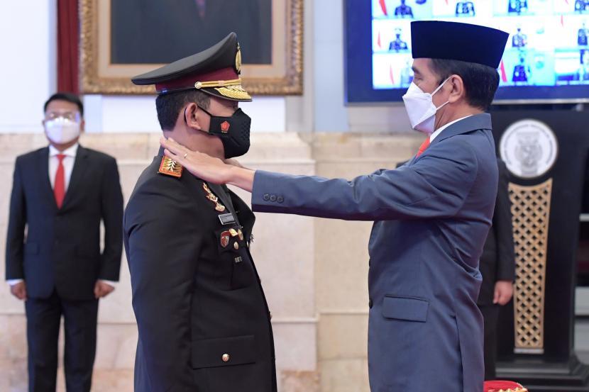 Presiden Joko Widodo (kanan) dan Kapolri Jenderal Listyo Sigid Prabowo (kiri)