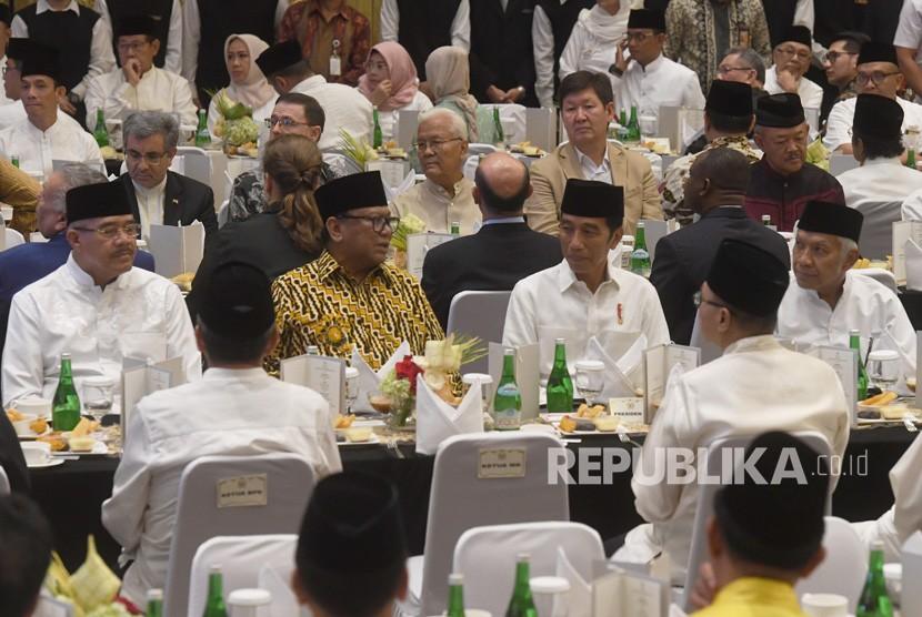 Presiden Joko Widodo (kedua kanan) berbincang dengan Ketua DPD Oesman Sapta Odang (kedua kiri) saat acara berbuka puasa bersama anggota dan pimpinan DPD di Jakarta, Rabu (15/5/2019).