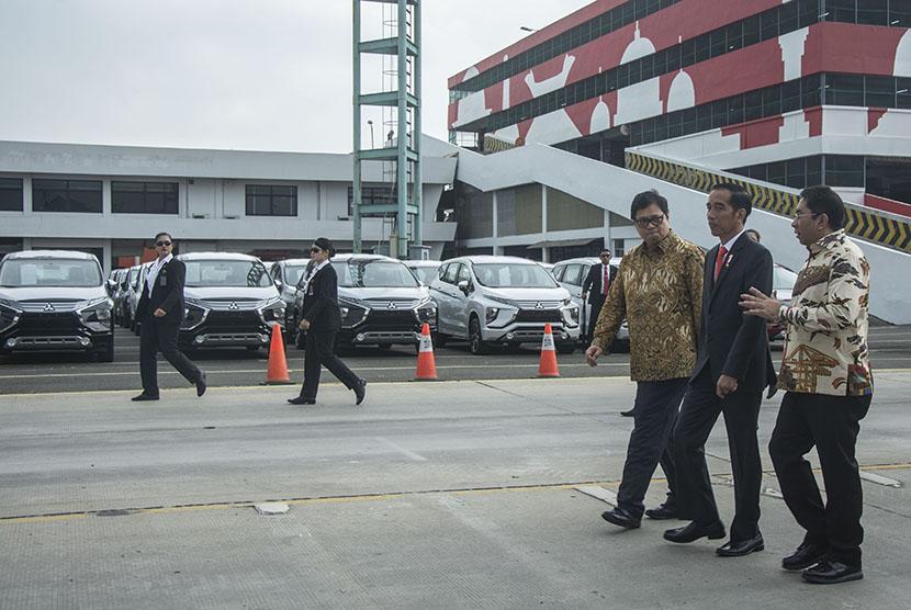 Presiden Joko Widodo (kedua kanan) berbincang dengan Menteri Perindustrian Airlangga Hartarto (ketiga kanan) dan Direktur Utama Pelindo II Elvyn G Masassya (kanan) meninjau ekspor perdana Mitsubishi Xpander di PT Indonesia Kendaraan Terminal atau IPC Car Terminal, Cilincing, Jakarta, Rabu (25/4).