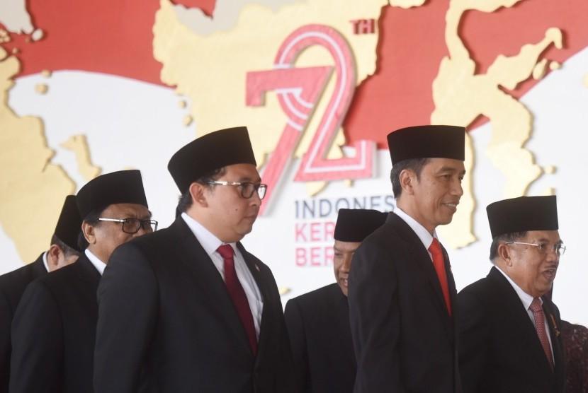 Presiden Joko Widodo (kedua kanan) dan Wakil Presiden Jusuf Kalla (kanan) didampingi Wakil Ketua DPR Fadli Zon (kedua kiri) dan Ketua DPD Oesman Sapta Odang (kiri) tiba di lokasi pembukaan Sidang Paripurna DPR Tahun 2017 di Kompleks Parlemen, Senayan, Jakarta, Rabu (16/8).