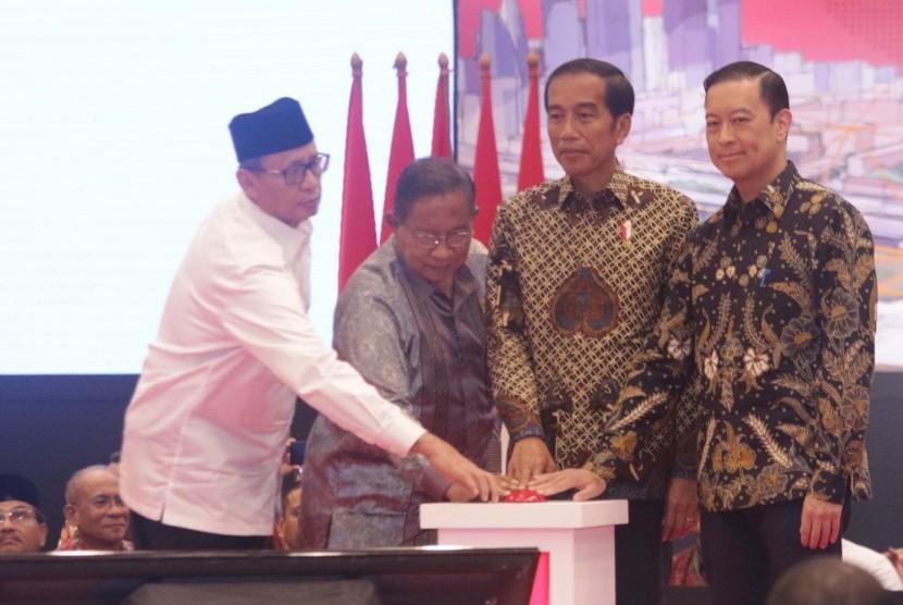 Presiden Joko Widodo (kedua kanan) didampingi Kepala BKPM Thomas Lembong (kanan), Menko Perekonomian Darmin Nasution (kedua kiri) dan Gubernur Banten Wahidin Halim (kiri) membuka rapat koordinasi nasional (rakornas) investasi tahun 2019 di ICE BSD Tangerang Selatan, Banten (12/3/2019).