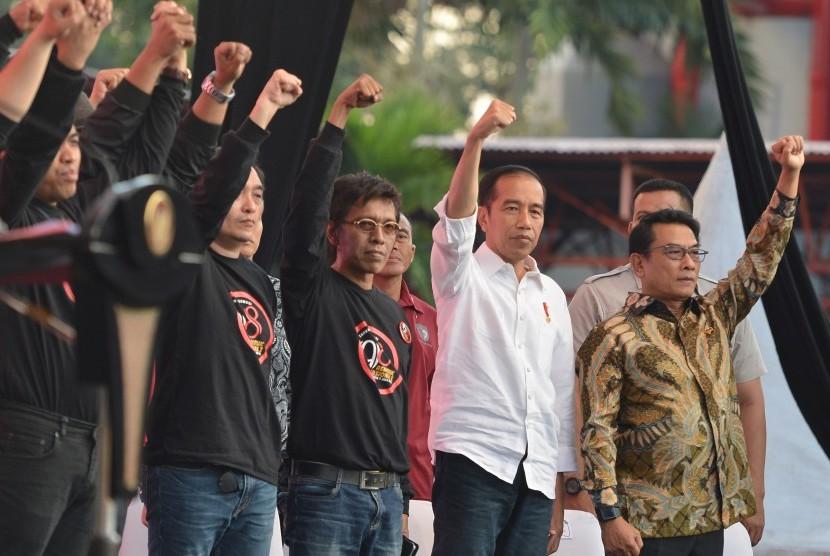 [Ilustrasi] Presiden Joko Widodo (kedua kanan) didampingi Kepala Staf Kepresidenan Moeldoko (kanan) dan aktivis '98 mengepalkan tangan ketika menutup rembuk nasional aktivis '8 di JI Expo, Kemayoran, Jakarta, Sabtu (7/7).