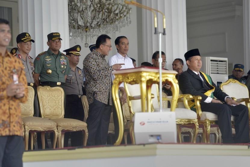Presiden Joko Widodo (kedua kanan) didampingi Ketua DPD Irman Gusman (tengah), Panglima TNI Jenderal TNI Gatot Nurmantyo (kedua kiri), Kapolri Jenderal Polisi Tito Karnavian (kiri) serta Mensesneg Pratikno (kanan) meninjau persiapan upacara kemerdekaan.