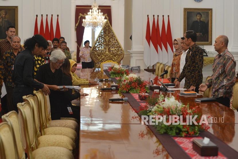 Presiden Joko Widodo (kedua kanan) didampingi Koordinator Staf Khusus Presiden Teten Masduki (kanan) dan Kepala Staf Kepresidenan Moeldoko (ketiga kanan) menerima peserta aksi Kamisan di Istana Merdeka, Jakarta, Kamis (31/5).