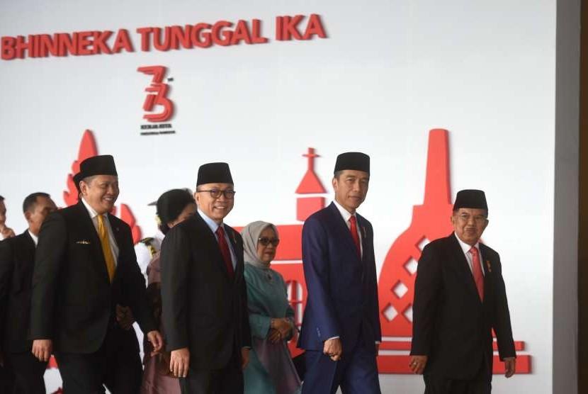 Presiden Joko Widodo (kedua kanan) didampingi Wakil Presiden Jusuf Kalla (kanan), Ketua MPR Zulkifli Hasan (kedua kiri) dan Ketua DPR Bambang Soesatyo (kiri) bergegas untuk menghadiri Sidang Tahunan MPR, di Kompleks Parlemen, Senayan, Jakarta, Kamis (16/8).