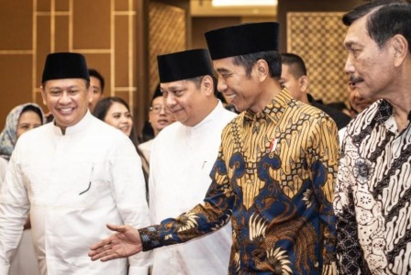 Presiden Joko Widodo (kedua kanan), Ketua Umum DPP Partai Golkar Airlangga Hartarto (kedua kiri), Ketua DPR Bambang Soesatyo (kiri), dan Menteri Koordinator Bidang Kemaritiman Luhut Binsar Pandjaitan (kanan) berbincang saat menghadiri acara Buka Puasa Bersama Partai Golkar, di Jakarta, Minggu (19/5/2019). Kegiatan tersebut mengangkat tema Menjemput Kemenangan Ramadhan.