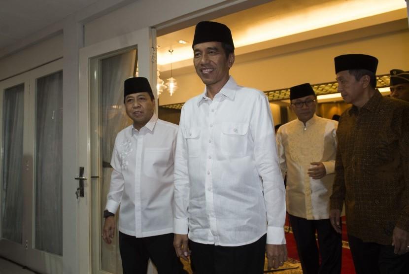 Presiden Joko Widodo (kedua kiri) berjalan bersama Ketua DPR Setya Novanto (kiri) diikuti Ketua MPR Zulkifli Hasan (kedua kanan) dan Ketua BPK Moermahadi Soerja Djanegara (kanan) menghadiri acara buka puasa bersama di kompleks Widya Chandra, Jakarta, Senin (5/6).