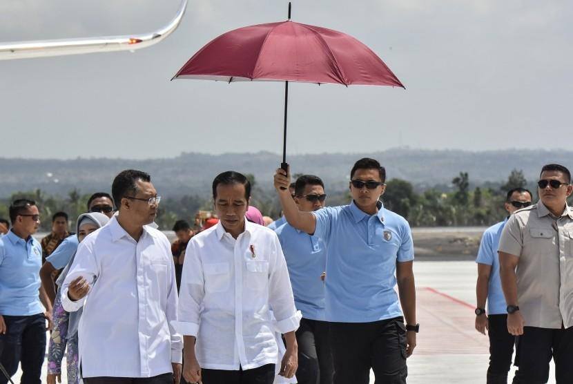 President Joko Widodo (second left) arrives at Lombok International Airport, Praya, Central Lombok, West Nusa Tenggara, Thursday (Oct 18).