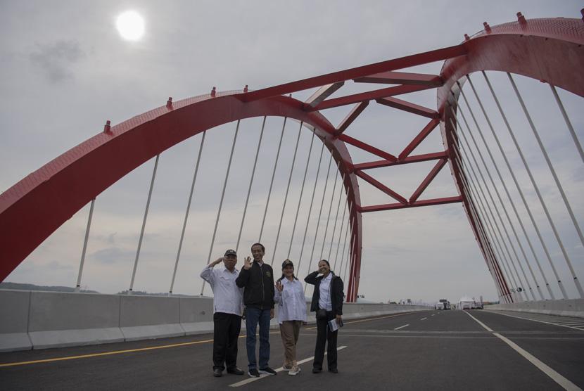 Presiden Joko Widodo (kedua kiri) didampingi Ibu Negara Iriana Joko Widodo (kedua kanan), Menteri BUMN Rini Soemarno (kanan) dan Menteri PUPR Basuki Hadimuljono (kiri) berfoto bersama usai meresmikan pengoperasian tujuh ruas jalan tol Trans Jawa di Jembatan Kalikuto, Kendal, Jawa Tengah, pada 20 Desember 2018.