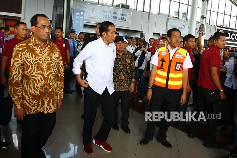 Presiden Joko Widodo (kedua kiri) didampingi Menhub Budi Karya Sumadi (kiri) dan Direktur Utama PT. Angkasa Pura II Muhammad Awaluddin (kedua kanan) meninjau arus balik Lebaran 2018 di Terminal 1 C Bandara Soekarno Hatta, Tangerang, Banten, Kamis (21/6).