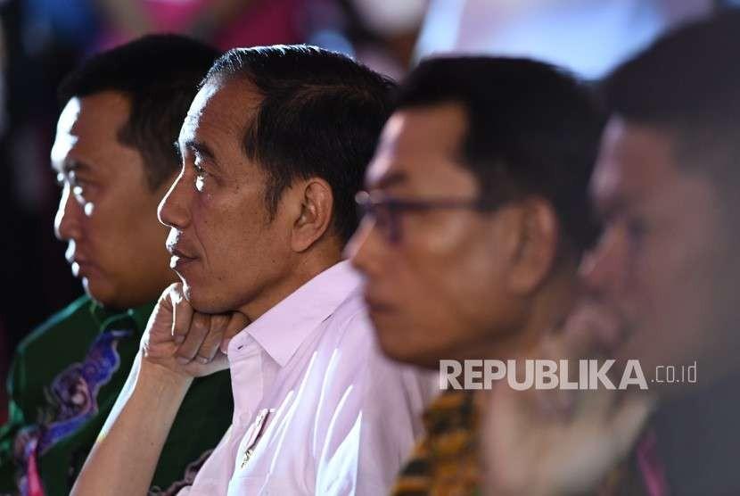 Presiden Joko Widodo (kedua kiri) didampingi Menpora Imam Nahrawi (kiri), Kepala Staf Kepresidenan Moeldoko (kedua kanan) dan Ketua Inapgoc Raja Sapta Oktohari (kanan) menyaksikan pertandingan angkat berat Asian Para Games 2018 di Balai Sudirman, Jakarta, Rabu (10/10).