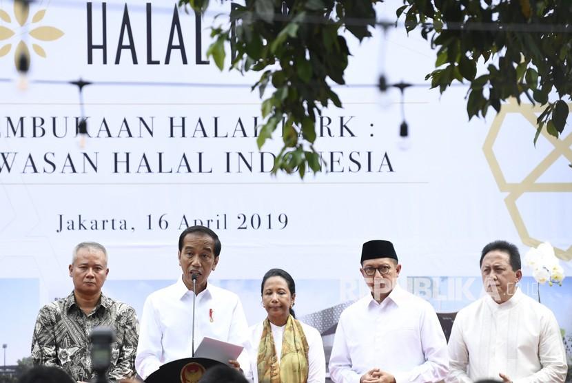 Presiden Joko Widodo (kedua kiri) didampingi Menteri BUMN Rini Soemarno (ketiga kanan), Menteri Agama Lukman Hakim Saifuddin (kedua kanan), Kepala Bekraf Triawan Munaf (kanan), Direktur Utama PT Wijaya Karya (Persero) Tbk Tumiyana (kiri) meresmikan Halal Park di kawasan Stadion Utama Gelora Bung Karno, Jakarta, Selasa (16/4/2019).