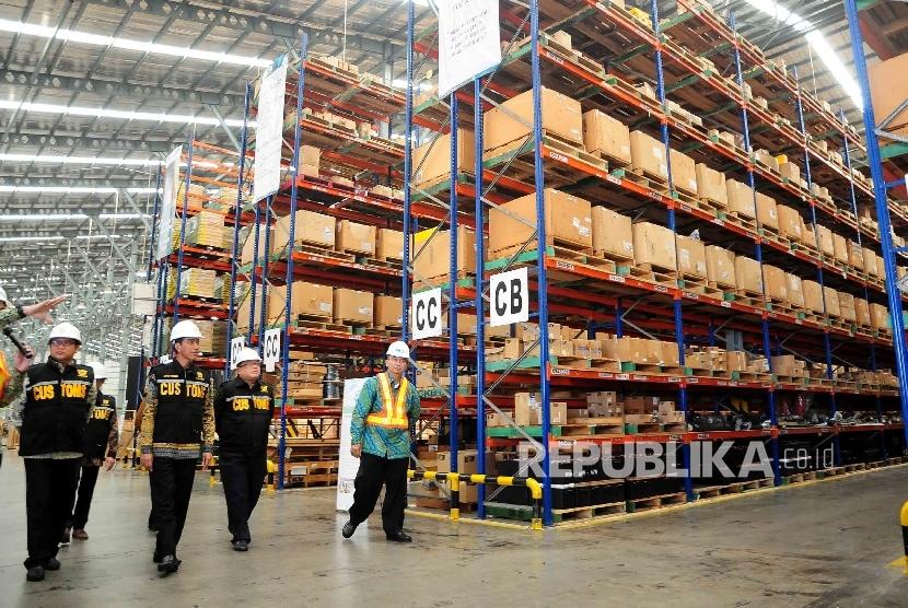 Presiden Joko Widodo meninjau Pusat Logistik Berikat (PLB) di Kawasan Industri Krida Bahari, Cakung, Jakarta Utara, Kamis (9/3). (Republika/Agung Supriyanto)