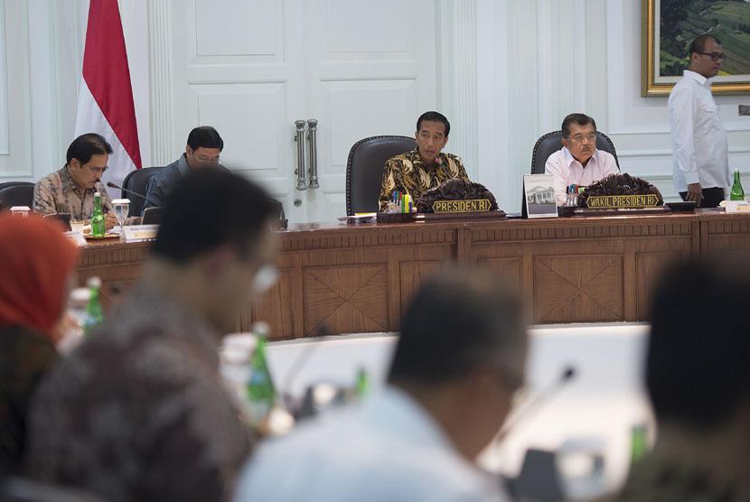 Presiden Joko Widodo (kedua kiri) didampingi Wapres Jusuf Kalla (kedua kanan),memimpin sidang kabinet paripurna di Kantor Kepresidenan, Jakarta, Rabu (24/12).(Antara/Widodo S. Jusuf)