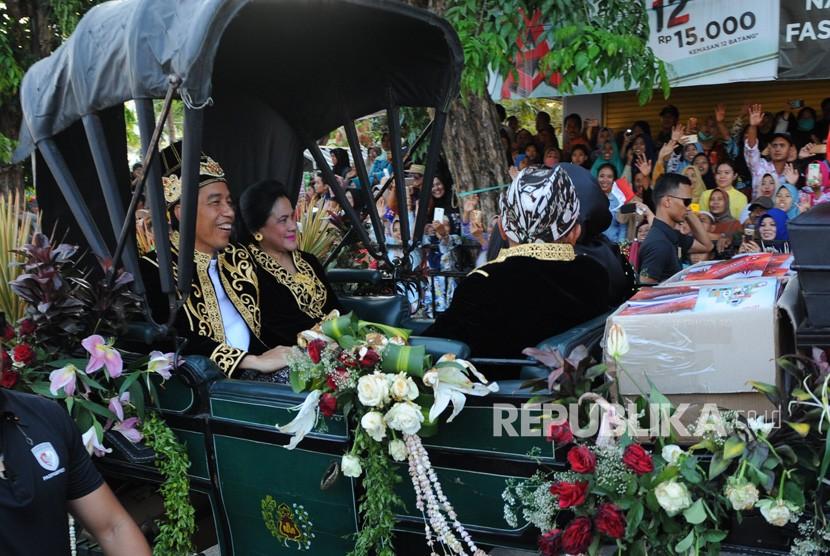 President Joko Widodo (second left) and First Lady Iriana Joko Widodo (second right) attends the fifth ASEAN Keraton and Customary Community Festival (FKMA), in Sumenep, East Java, Sunday (Oct 28).