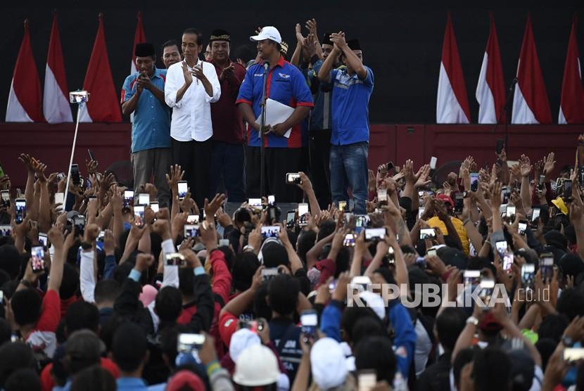 Presiden Joko Widodo (kedua kiri) menghadiri Deklarasi Pengemudi Truk sebagai Pelopor Keselamatan di Jakarta International Container Terminal, Jakarta, Ahad (17/3/2019).