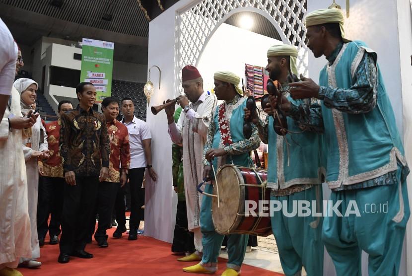 Presiden Joko Widodo (kedua kiri) meninjau pameran International Handicraft Trade Fair (Inacraft) 2019 di Jakarta, Rabu (24/4/2019).