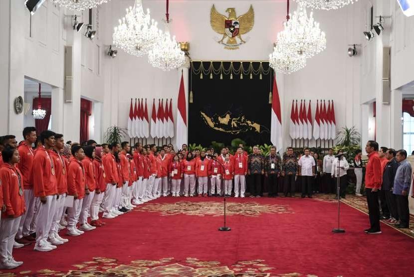 Presiden Joko Widodo (keempat kanan) didampingi Wakil Presiden Jusuf Kalla (kanan), Sekretaris Kabinet Pramono Anung (kedua kanan) dan Ketua Inasgoc Erick Thohir (ketiga kanan) memberikan sambutaan saat pemberian bonus kepada atlet peraih medali di Istana Negara, Jakarta, Minggu (2/9).