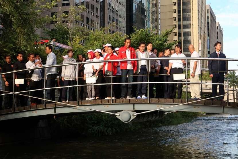 Presiden Joko Widodo (keenam kanan) didampingi Ibu Negara Iriana Joko Widodo (ketujuh kanan) dan Wali Kota Seoul Won-Soon (kelima kanan) mengunjungi Sungai Cheonggyecheon di Seoul, Korsel, Selasa (11/9).