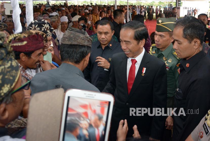 Presiden Joko Widodo (ketiga kanan) menyapa warga saat penyerahanan sertifikat tanah di Monumen Perjuangan Rakyat Bali, Jumat (4/8).
