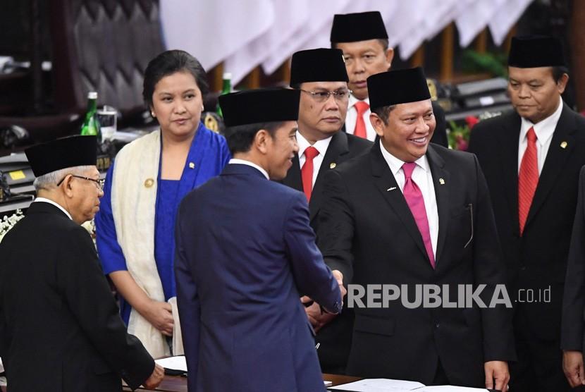 Presiden Joko Widodo (ketiga kiri) berjabat tangan dengan Ketua MPR Bambang Soesatyo (kedua kanan) disaksikan Wapres Ma'ruf Amin (kiri) dan pimpinan MPR saat acara pelantikan presiden dan wapres periode 2019-2024 di Gedung Nusantara, kompleks Parlemen, Senayan, Jakarta, Ahad (20/10/2019).