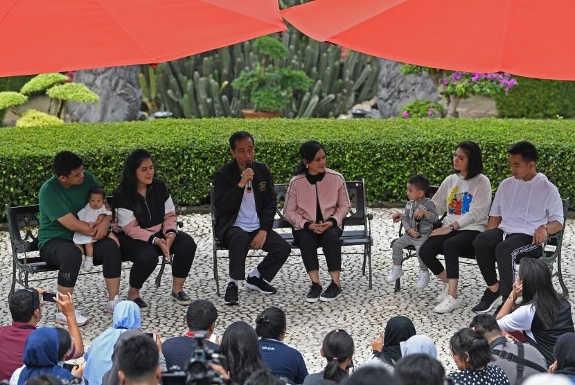 Presiden Joko Widodo (ketiga kiri) bersama Ibu Negara Iriana Joko Widodo (tengah), putra Gibran Rakabuming Raka (kanan) dan istri Selvi Ananda (kedua kanan) dan cucu Jan Ethes (ketiga kanan), putri Kahiyang Ayu (kedua kanan) bersama suami Bobby Nasution (ketiga kanan) dan cucu Sedah Mirah berbincang dengan wartawan di Grand Garden Cafe Kebun Raya Bogor, Jawa Barat, Sabtu (8/12).